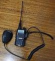 Baofeng UV-5R con micrófono-parlante externo y una antena alternativa.jpg