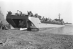 """טעינת טנקים באח""""י בת שבע במסגרת תרגיל הרף עין, נובמבר 1972."""