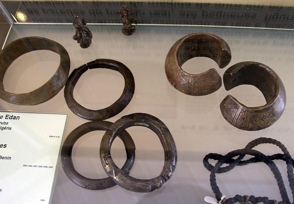 Benin, yoruba, braccialetti, anelli e altri monili