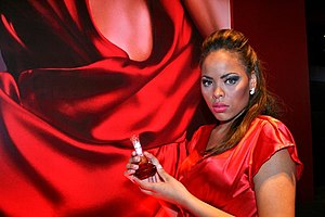 Heat (perfume) - A model holding a bottle of Heat during its release in Brazil
