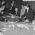 Bezoekers terwijl ze roulette spelen, Bestanddeelnr 918-3444.jpg