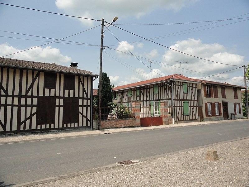 Des maisons à colombages à Blacy, en face de l'église
