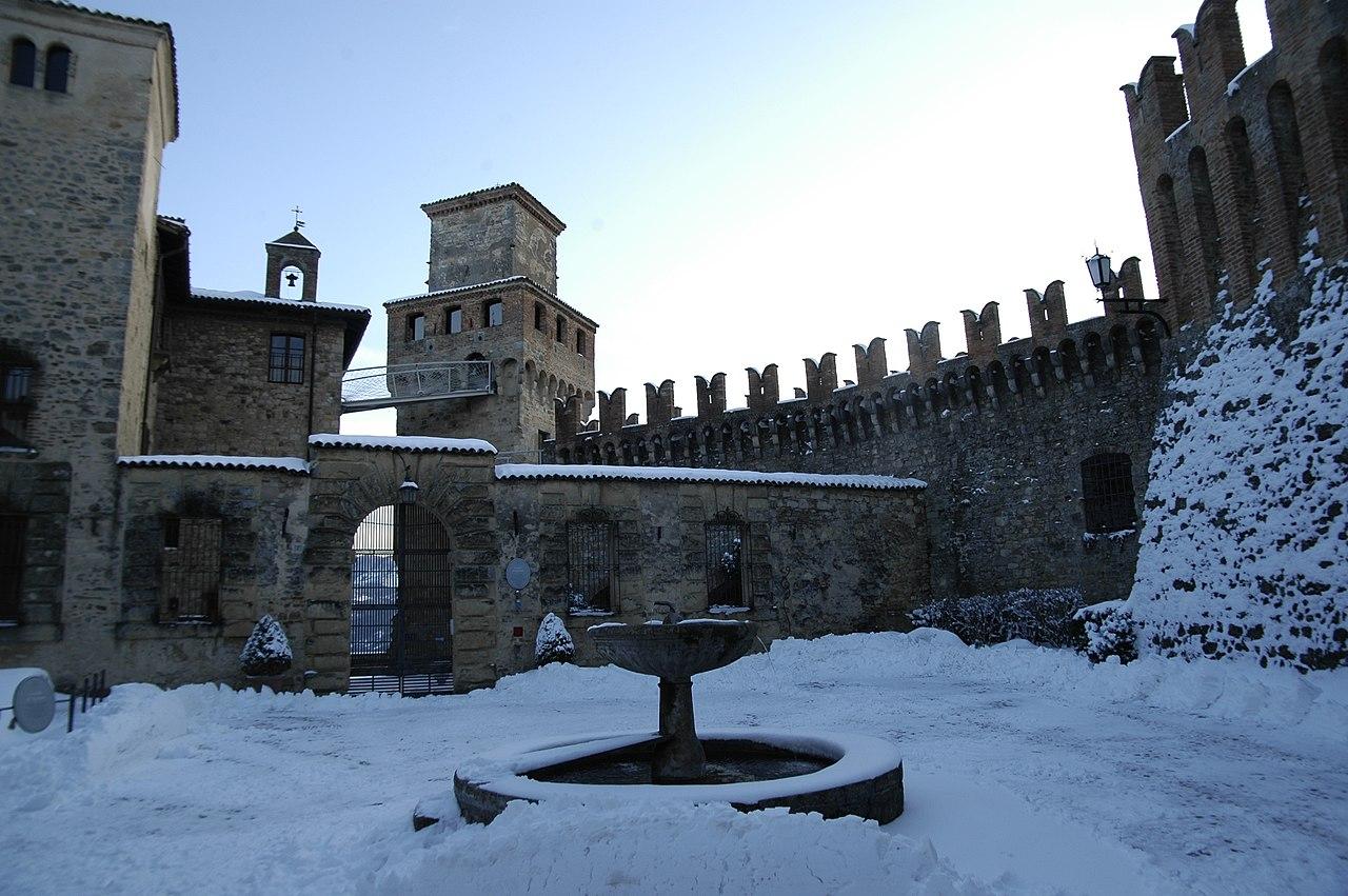 Borgo di Vigoleno (PC) - panoramio.jpg