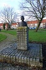 File:Borstbeeld Volendammer man 02.JPG