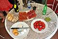 Brød, ost, pølse, skinke tomater, pesto og oliven (6977871926).jpg