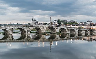 Le pont Jacques-Gabriel, à Blois (Centre-Val de Loire). (définition réelle 3728×2306)