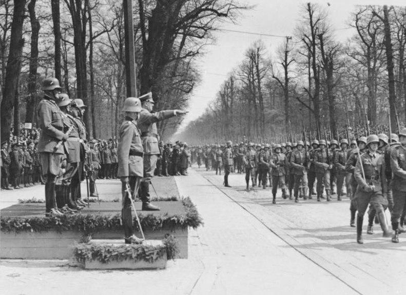 791px-Bundesarchiv_Bild_183-S07227%2C_Berlin%2C_Geburtstag_Adolf_Hitler%2C_Parade.jpg