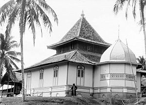 Jambi - Mosque in Jambi, during the colonial period. ca 1900-1939.