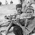 COLLECTIE TROPENMUSEUM Twee Samo muzikanten bespelen de dwarsfluit TMnr 20010307.jpg