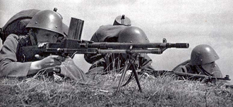 ZB vz. 26 - Czechoslovakian soldiers with a ZB vz. 26 and a vz. 24.
