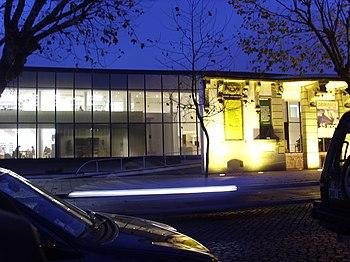 La Biblioteca Municipal se localiza cerca de las principales escuelas.