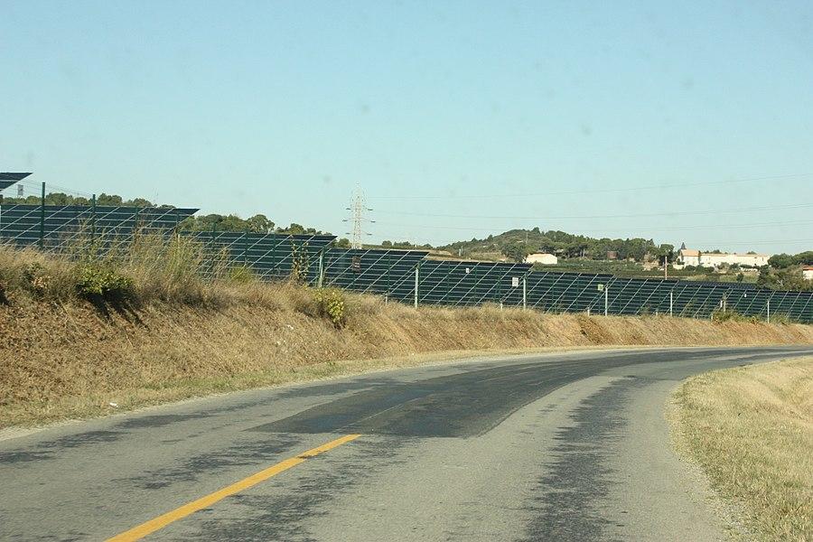 Photo de la centrale solaire de la Narbonnaise (zone industrielle de Malvezy) prise depuis la route.