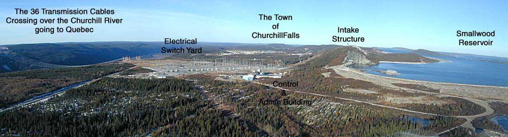 Vista de Churchill Falls, la subestación eléctrica, y las tres lineas de alta tensión 735kV alrededor del río gorge