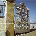 Collectie Nationaal Museum van Wereldculturen TM-20029921 Het hek van het landgoed Veeris Curacao Boy Lawson (Fotograaf).jpg