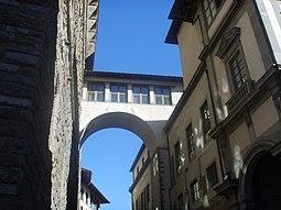 Pasaje sobre Via della Ninna y entrada en la Galería de los Oficios.