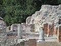 Cuma - Terme del foro (particolare delle colonne marmoree).JPG