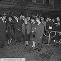 De koninklijke families staan bij het Amstelhotel om een tocht met een rondvaart, Bestanddeelnr 916-0400.jpg