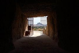 Dolmen de Menga, Peña de los enamorados desde el interior del dolmen.jpg