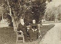 Dom Pedro II e Dona Teresa Cristina nos jardins do Palácio Imperial de Petrópolis, c. 1888.