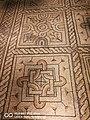 Domus dei tappeti di pietra - foglie, fiori, cerchi e quadrati in rosso, rosa e bianco.jpg