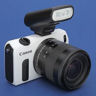 Canon EOS M - Image: EOS M weiss Frontal mit Speedlite 90EX