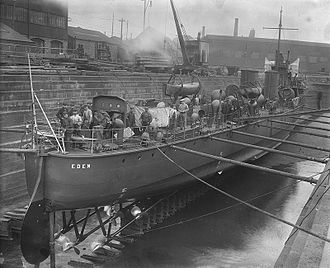 River-class destroyer - View at stern and the three propeller shafts of HMS Eden, 1904 laying in the dry dock