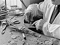 Een edelsmid aan het werk, Bestanddeelnr 190-0470.jpg