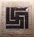 Egitto, epoca romana o bizantina, frammento di svastica che gira a destra, lino e lana.JPG