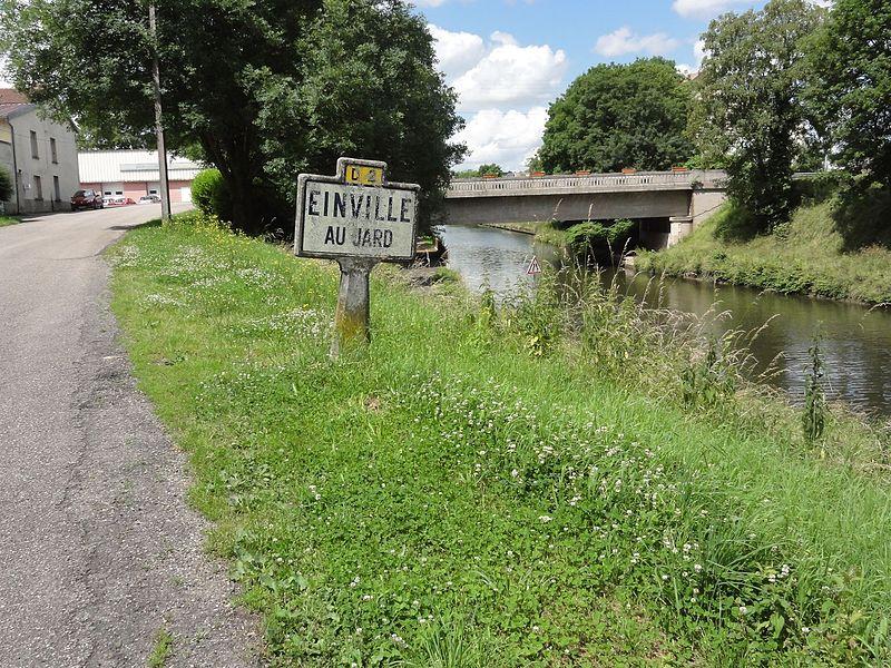 Einville-au-Jard (M-et-M) panneau d'entrée et voie verte du canal de la Marne au Rhin