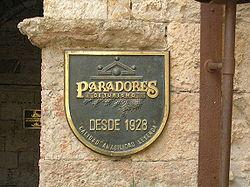 Emblema de Paradores de Turismo, en la puerta del Parador establecido en el Castillo de Enrique II.jpg