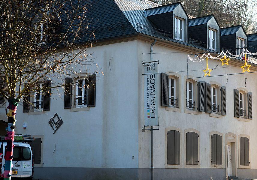 Op Nummer 78 an der Rue Principale zu Zowaasch ass den «Espace muséologique Lasauvage» ënnerbruecht.