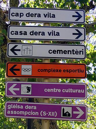 Aranese dialect - Aranese signage in Bossòst, Val d'Aran