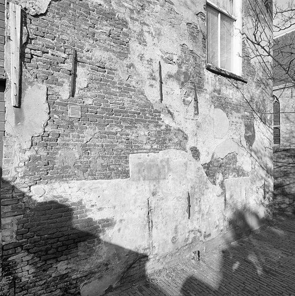 File exterieur linker zijgevel huis in de linkerpoort die toegang geeft tot slingermuur - Huis exterieur picture ...