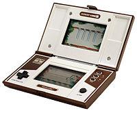于1983年推出的Donkey Kong 2(上下屏)。外型跟任天堂DS差不多。