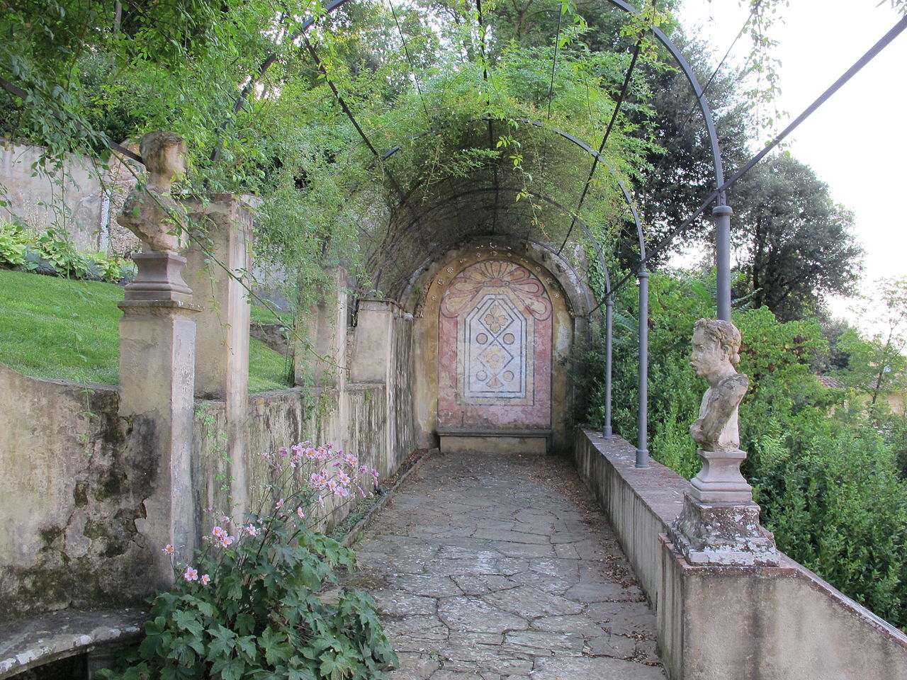 Firenze, Giardino Bardini, pergola e fontana con sfondo a mosaico