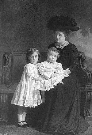 Gwendolen Fitzalan-Howard, Duchess of Norfolk - The Duchess of Norfolk with her children Rachel and Bernard