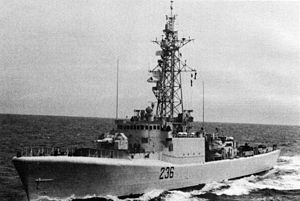 HMCS Gatineau (DDE 236) underway in 1983.jpg