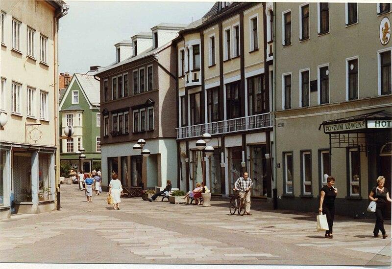 File:HO Hotel Zum Löwen, and Strasse des Friedens, Ilmenau, DDR Aug 1989.jpg