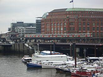 Baumwall (Hamburg U-Bahn station) - View across Binnenhafen: Baumwall station (far left) and the Hochbahn viaduct across Alsterfleet.