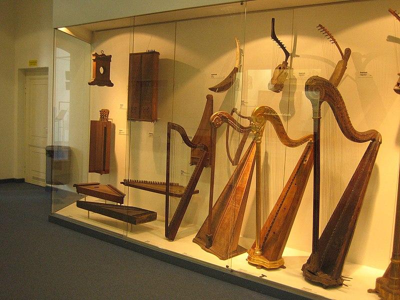 File:Harps 2, Deutsches Museum.jpg