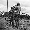Het aanbrengen van springstof op het terrein van de Surinaamse Bauxiet Maatschap, Bestanddeelnr 252-6579.jpg