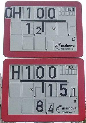 Hinweisschild auf Über- und Unterflurhydrantenschild in Frankfurt am Main.jpg