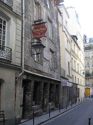 Дом (1407 г.) Николя Фламеля сохранился до наших дней и признан самым старым домом Парижа