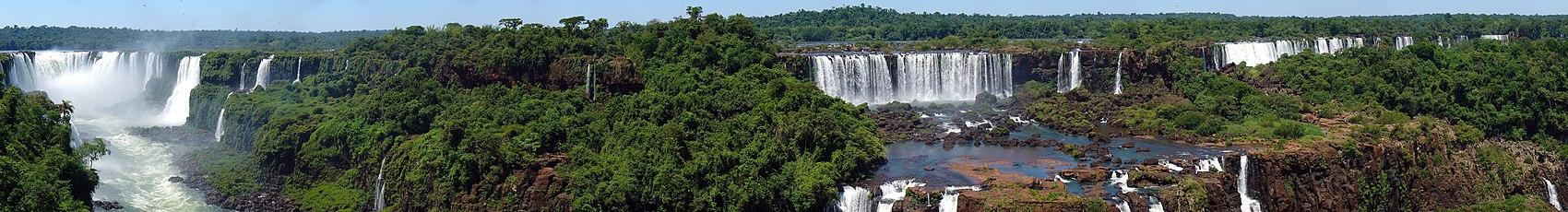 Algunos de los saltos del lado argentino de las cataratas del Iguazú, vistos desde la orilla brasileña.