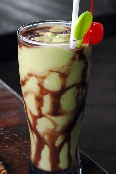 Avokaado kokteil shokolaadikastmega (Indoneesia)