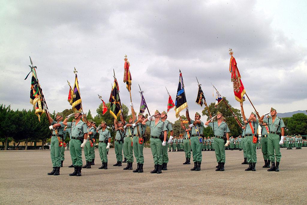 Guiones y banderines de la Legión, en un acto de homenaje a los caídos.