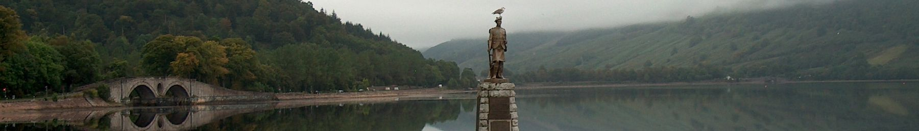 Inveraray bridge and war memorial.JPG