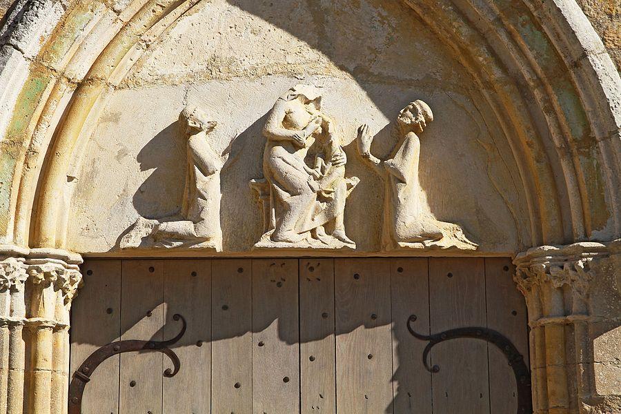 Tympan de la chapelle du Saulce représentant le vierge à l'enfant entre deux chevaliers agenouillés