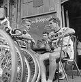 Jan Janssen met zijn ploeggenoot Dick Enthoven op een terrasje, Bestanddeelnr 915-3058.jpg