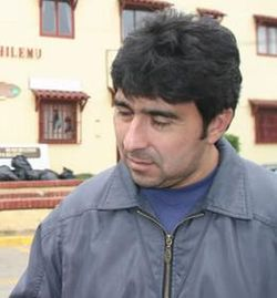 Jorge Vargas in front of the Pichilemu town hall, in 2007.